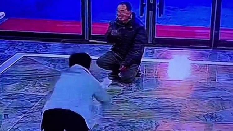 """58秒丨男子进店下跪要钱 店员同样跪下狂磕头将其""""气笑""""无奈离去"""