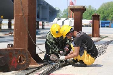 齐鲁黄河大桥北跨280米钢箱梁落梁 5月3日南北岸引桥开始施工