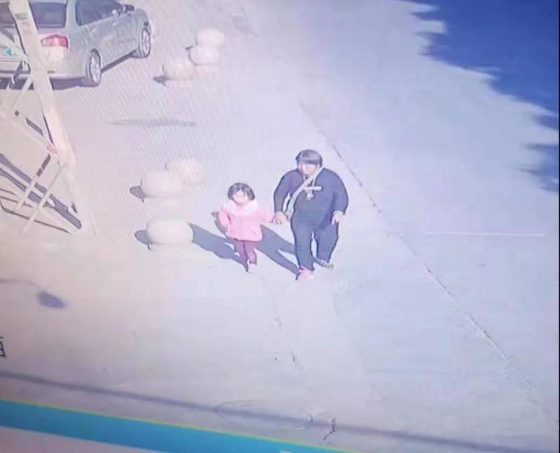 71秒|5岁女童失踪7小时后被陌生女子送回 其父质疑:神志不清如何给孩子剪头发换衣服