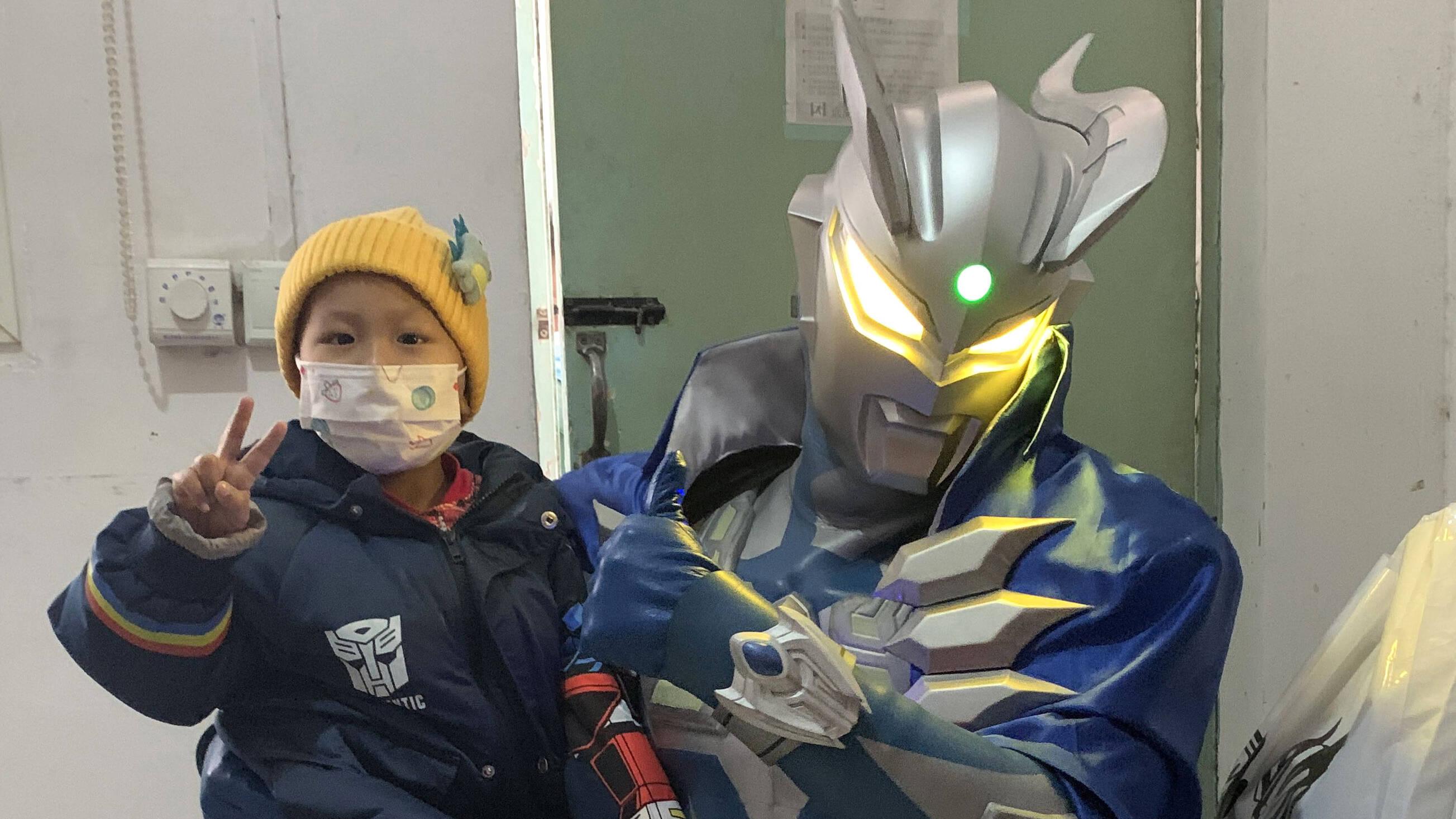 闪电公益|与奥特曼合照、表演赛罗招牌动作……5岁患癌男孩圆梦奥特曼