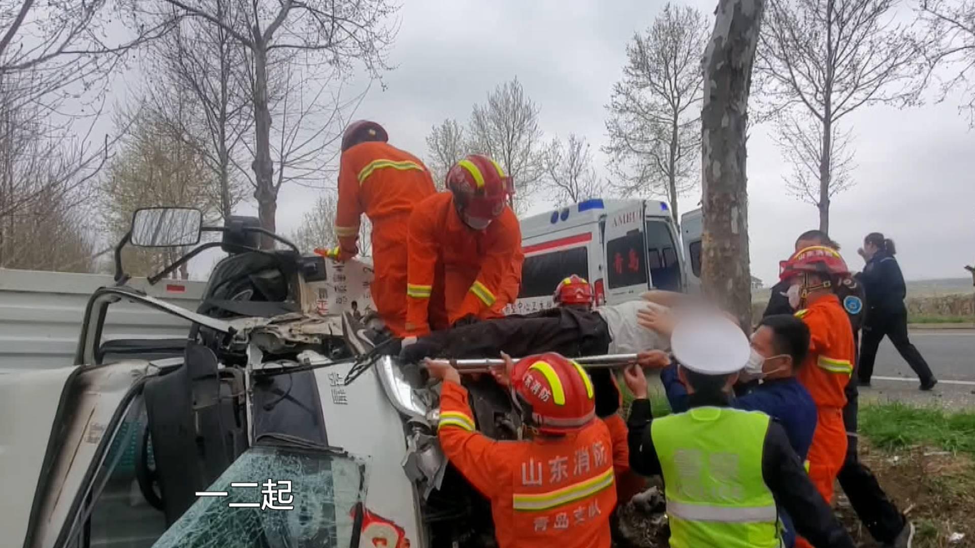 64秒 疲劳驾驶酿车祸!青岛一货车发生侧翻 消防紧急救援
