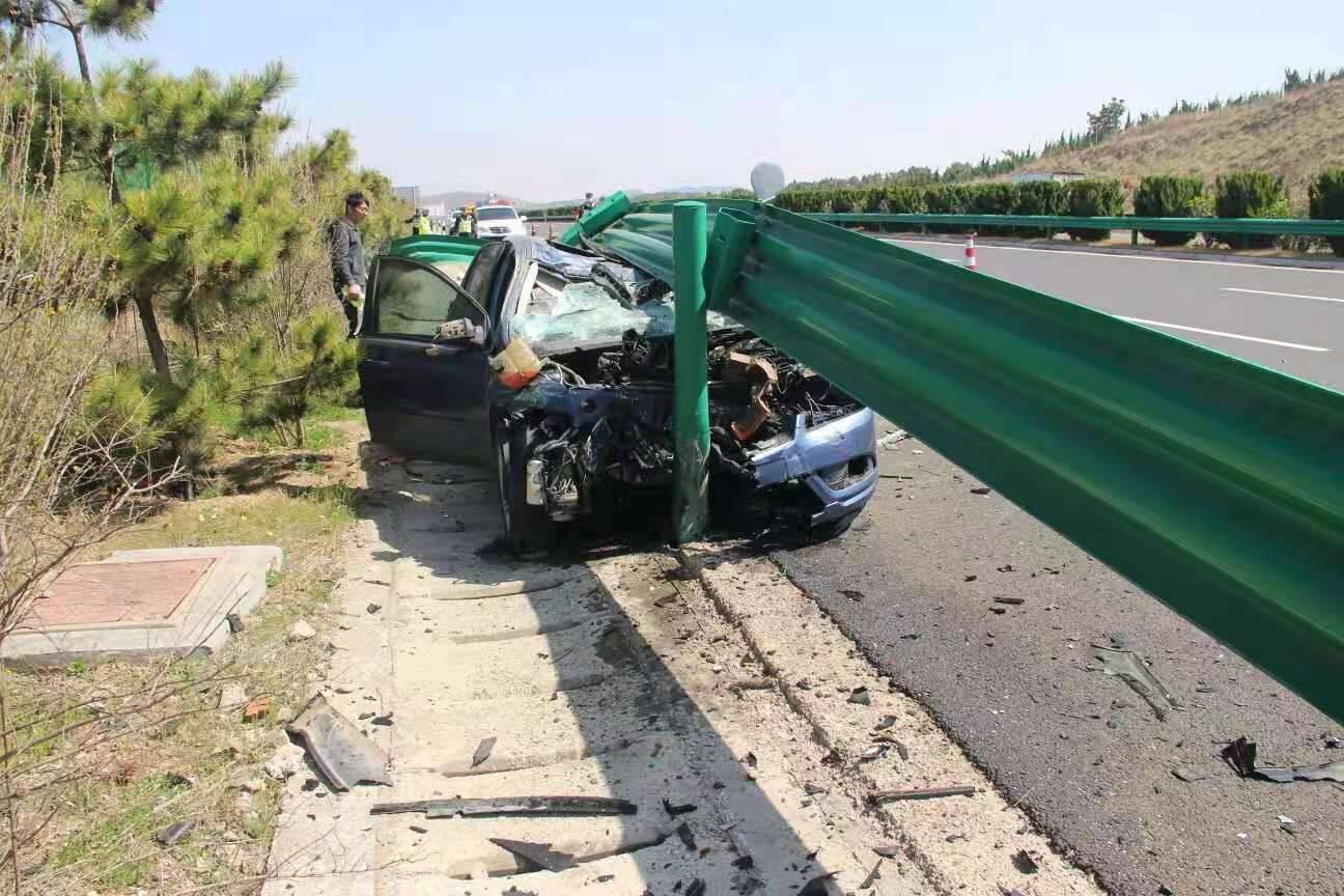 50秒|高速路上开车犯困 一疏忽竟钻入护栏