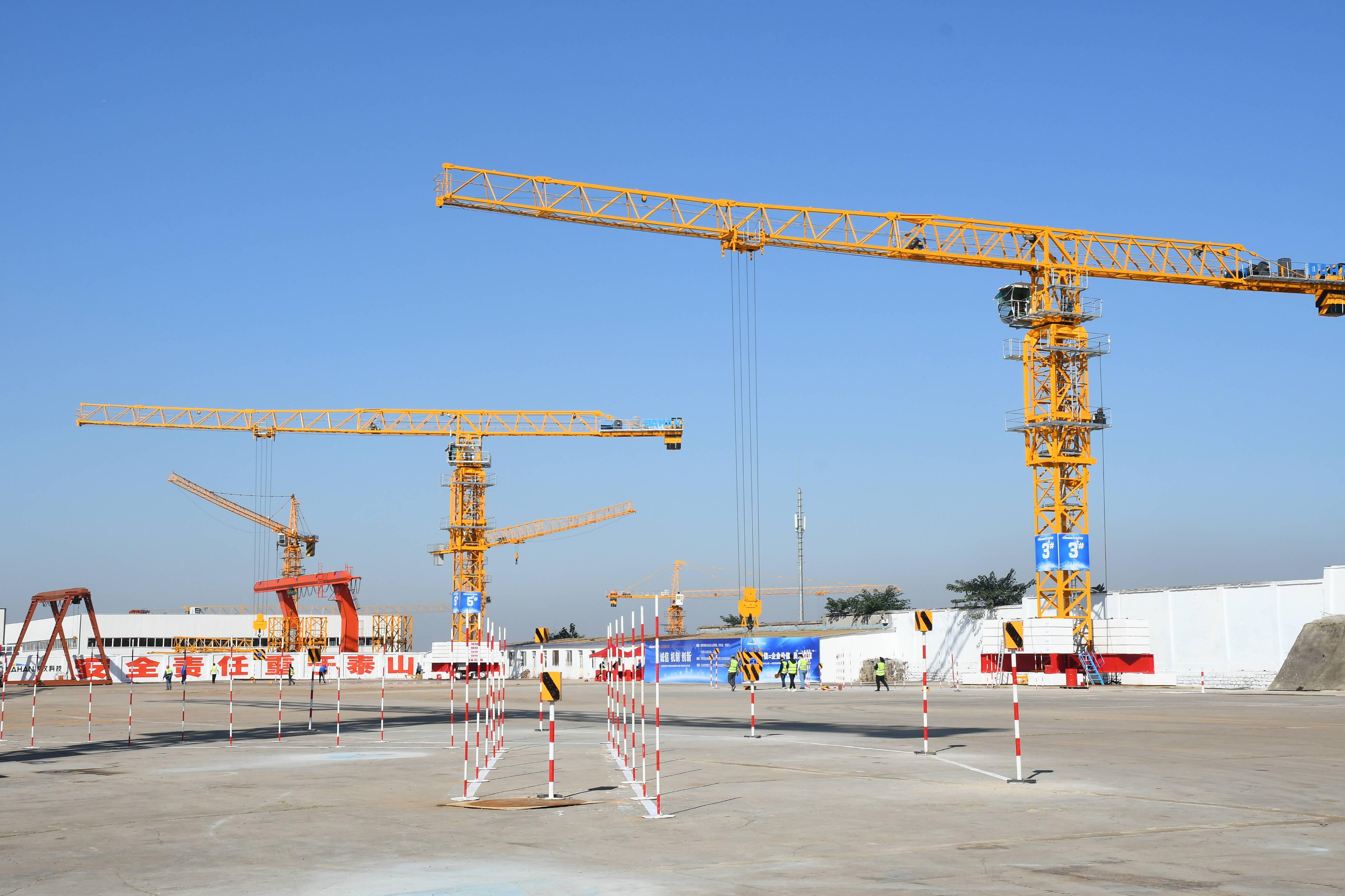 """全国装配式建筑吊装大赛在济南开赛 近120名塔吊司机展示空中""""穿针""""绝活"""