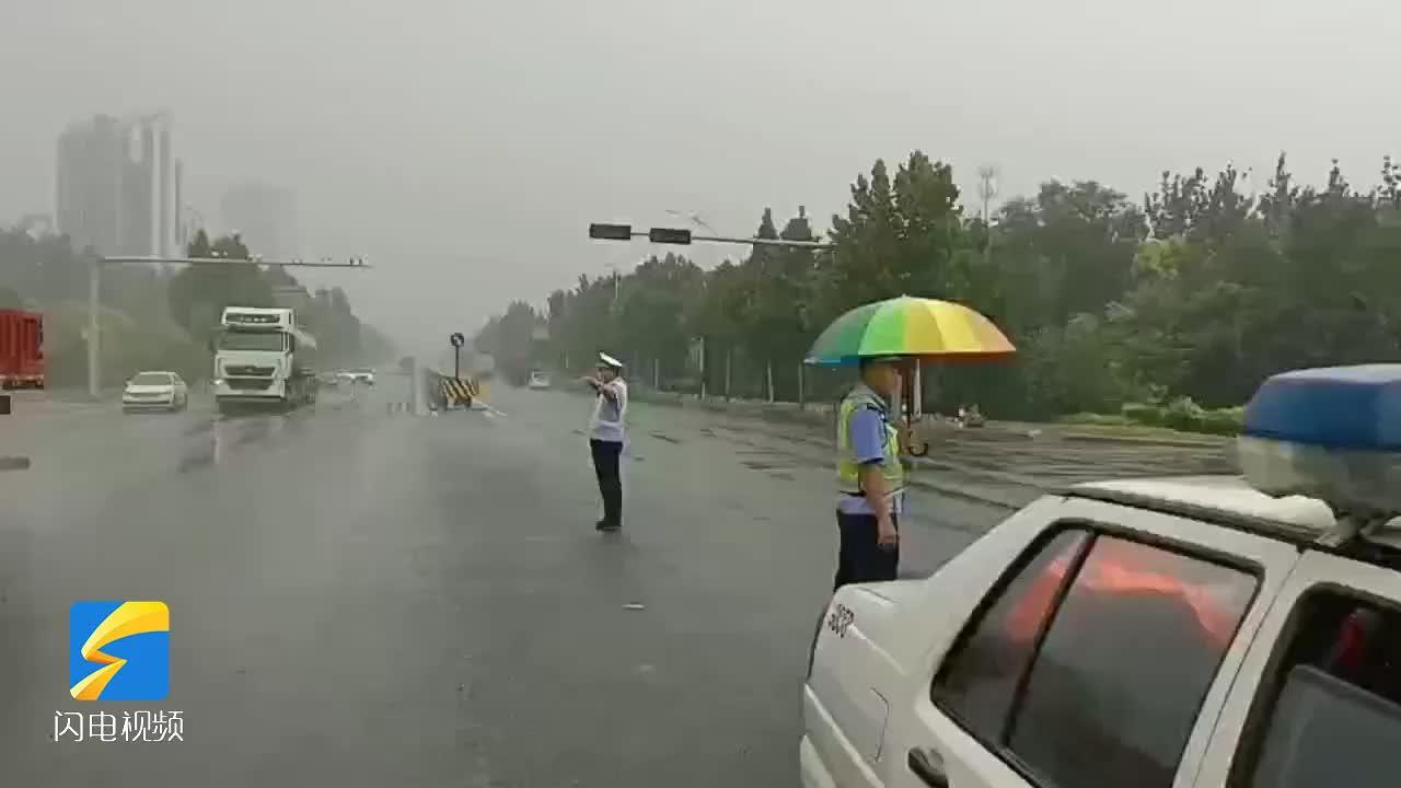 """雨中最美""""警""""色 濱州博興交警上路疏導交通"""