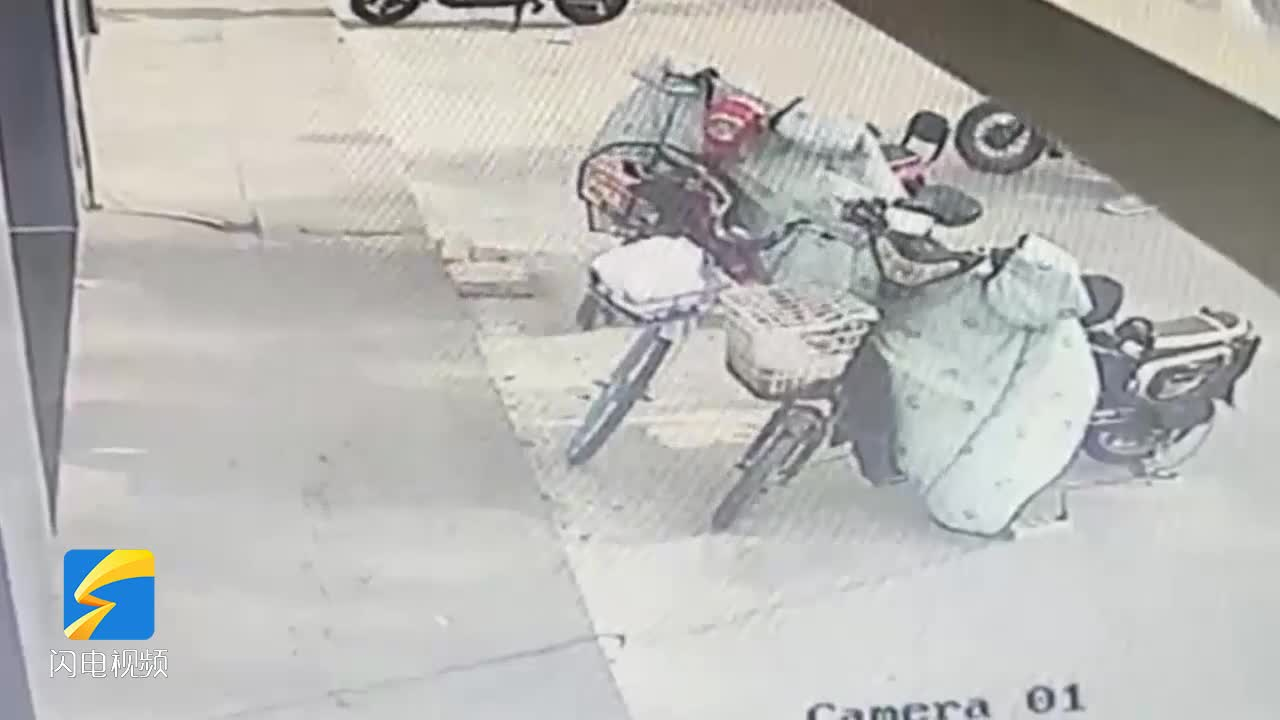 事發濱州!一男子當街偷走一輛電動車