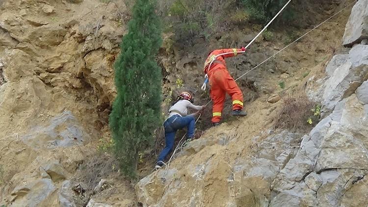 44秒|济南一家三口游凤凰山被困悬崖 消防员紧急救援