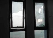 青岛一男子从8楼往窗外抛掷啤酒瓶 这么疯狂因为啥?