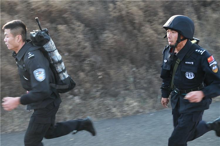 潍坊17支特巡警队伍开展冬季五公里武装负重越野拉练(组图)