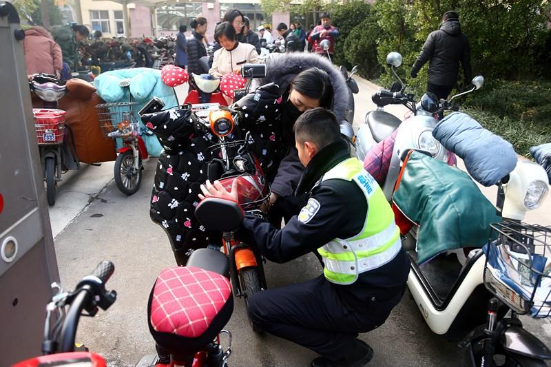 家门口就能给电动自行车登记挂牌!济南历下交警5支社区流动服务队上门挂牌