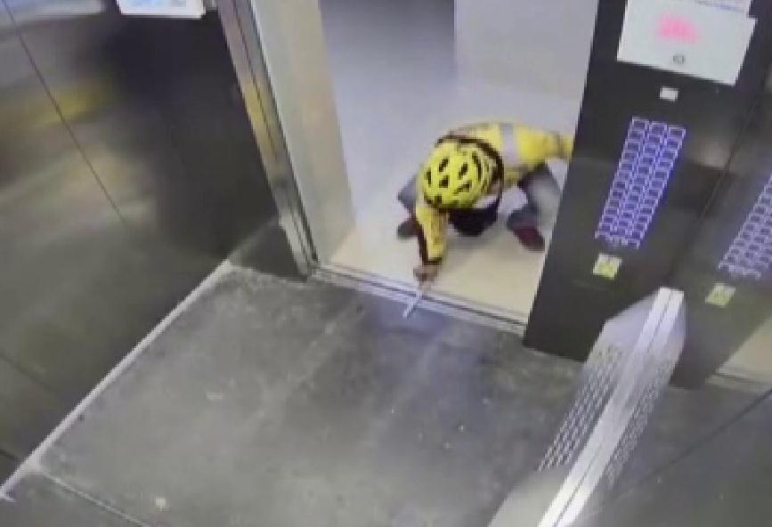 47秒丨差评!美团外卖小哥为赶时间送餐竟在电梯门放筷子