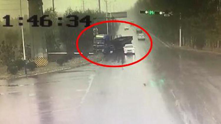 16秒丨雨天路滑突然失控,滨州一货车撞向路边灯杆