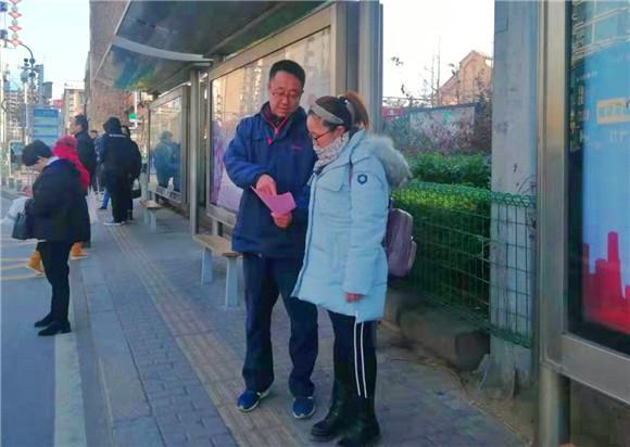 这6个字激励了她16年 上海市民来青岛寻找恩人