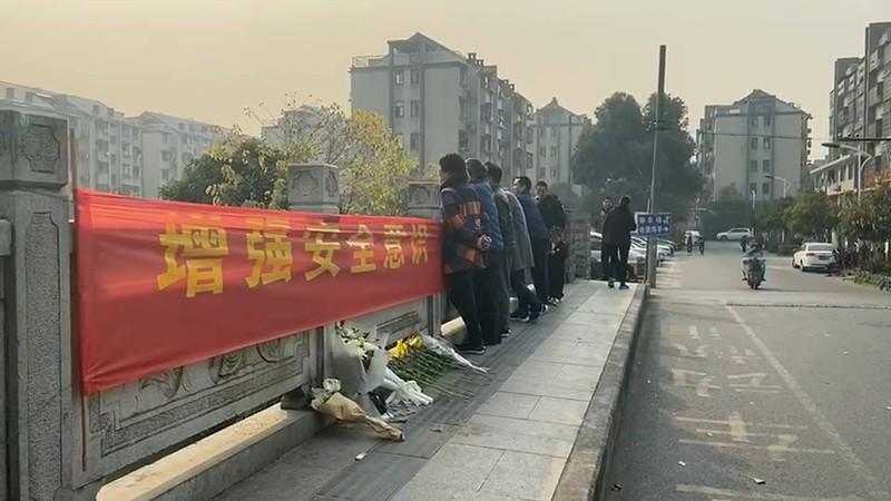 张雪领救落水少女杭州遇难地点 市民久久不离去:山东人,好样的!