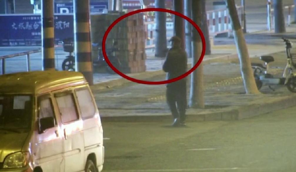 42秒|河南一男子趁夜色偷电瓶还自带望远镜观察摄像头 结果悲剧了.......