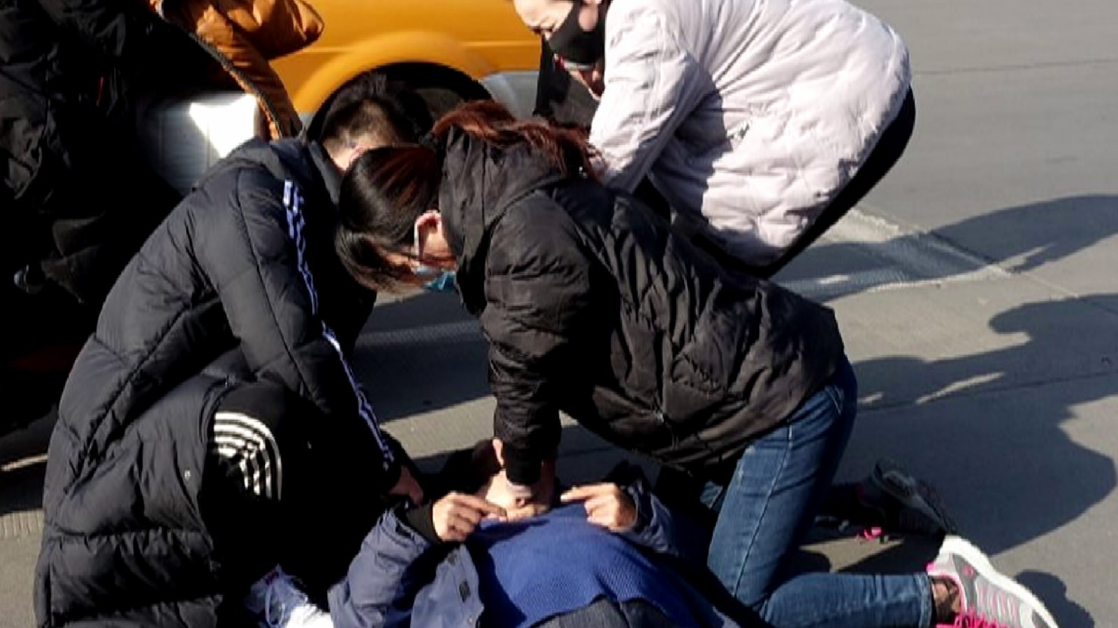 58秒|跨栏救昏倒老人的小伙找到了!刚参加急救培训 妻子现场拨打120