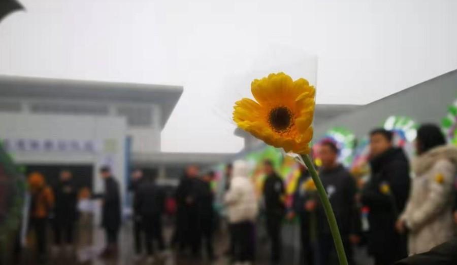组图丨鲜花献英雄!近千人雨中送别见义勇为遇难的山东好汉张雪领
