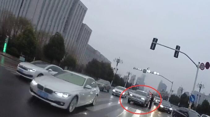 """58秒丨3个红绿灯没过路口 临沂这个醉驾司机把交警""""惹急了"""""""