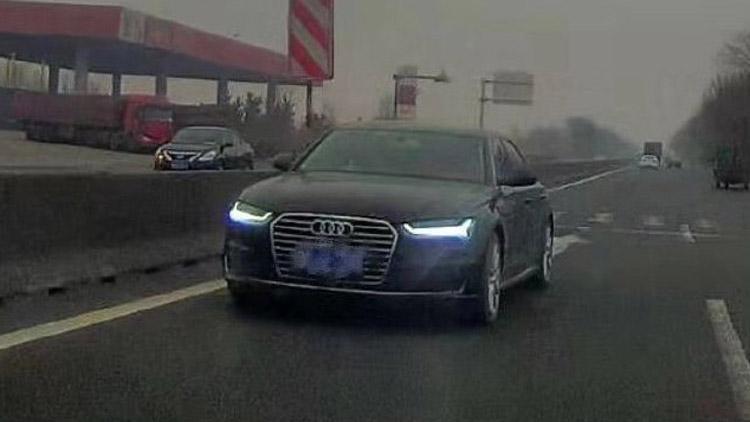 24秒丨危险!滨州一辆奥迪车在国道上逆行 司机被罚200元记3分