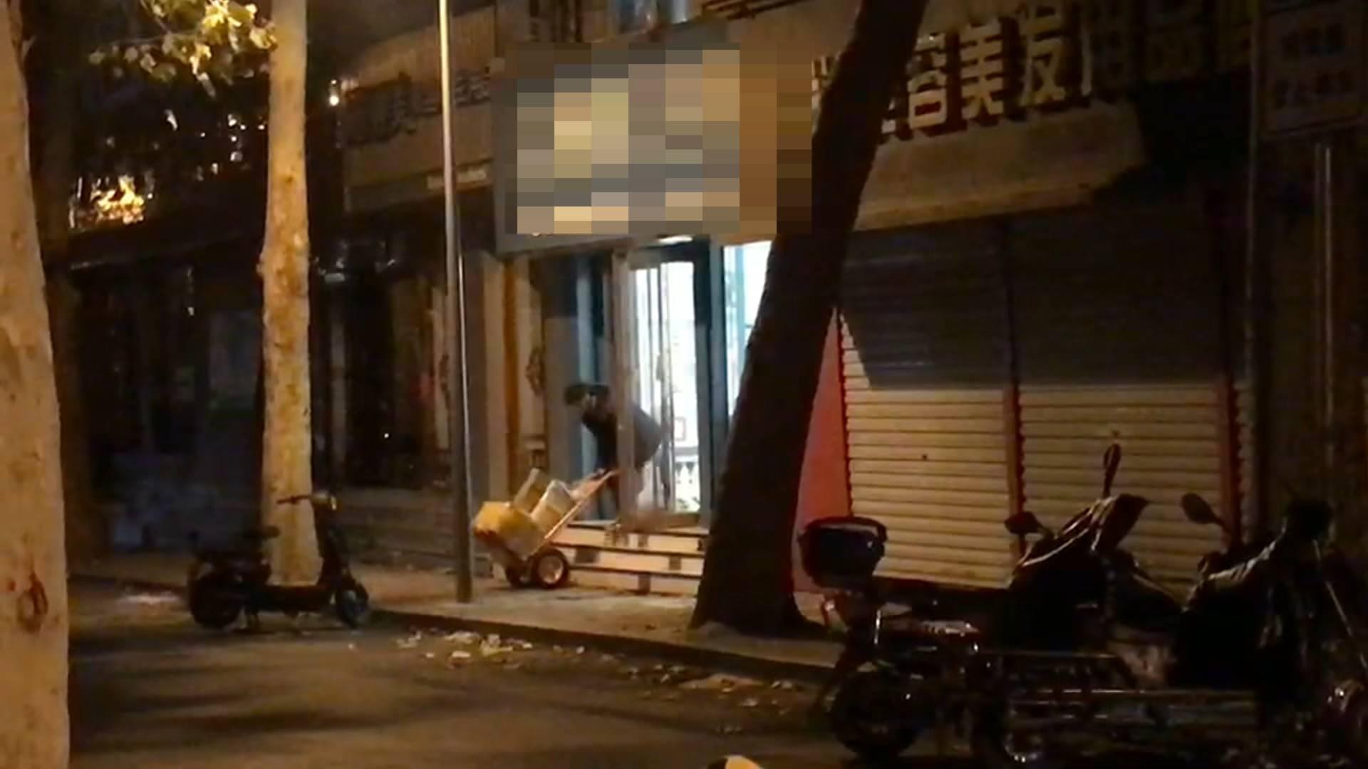 化妆品一条街被紧急查处后 深夜店铺竟悄悄开门运走了商品