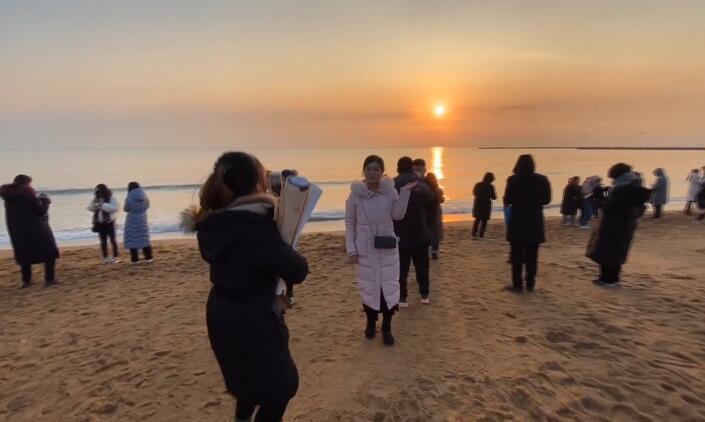 43秒丨日照十余万市民和游客共迎新年第一缕曙光 祈福2020