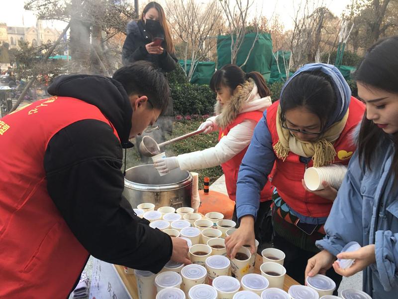 济南城管局为环卫工送热粥 这样的腊八节你了解吗?