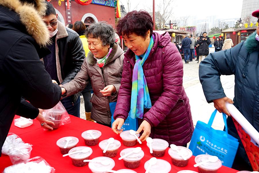 15秒丨日照东夷小镇节日氛围浓厚 市民游客免费看演出喝腊八粥
