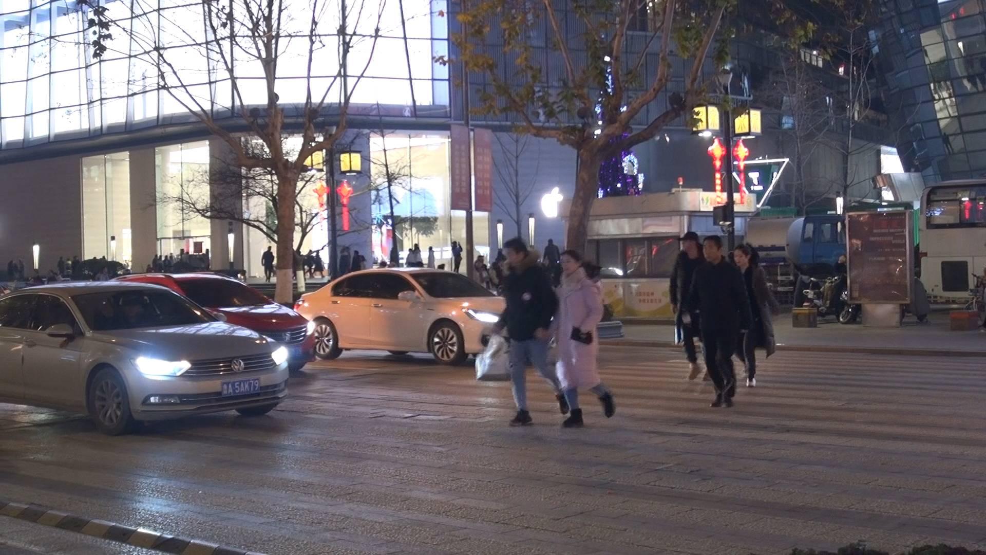 泉城路步行街如何解决人车混行的问题?