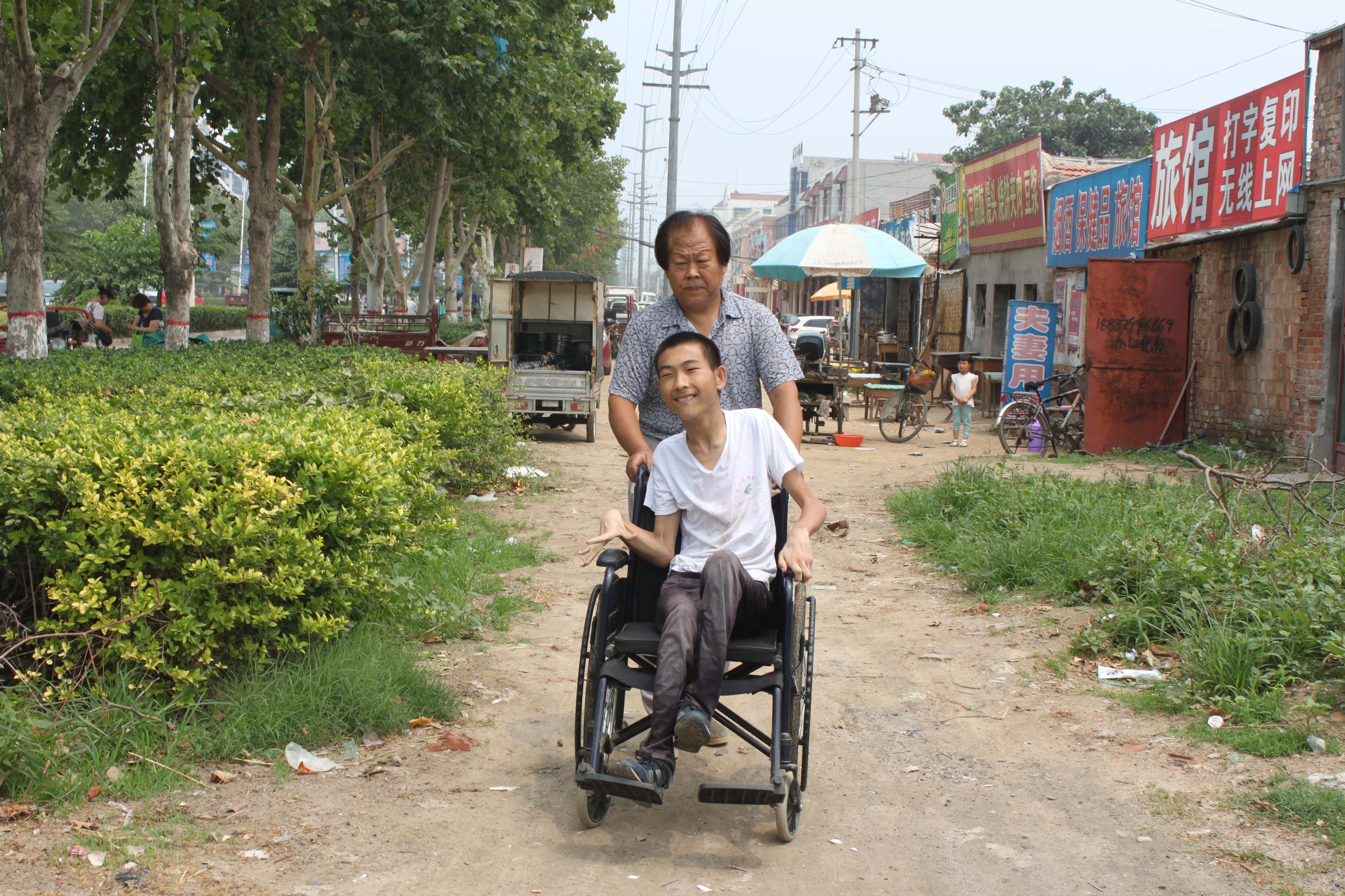 榜样力量|张玉灿:开杂货店修自行车,义务养育被弃脑瘫患儿23年
