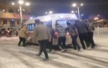 """61秒丨烟台""""暖心男团""""!雪中帮忙推救护车的样子真帅"""