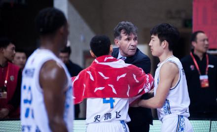 33秒丨江苏主教练与球迷发生冲突 双方被驱逐出场