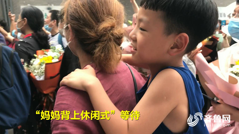 29秒丨站着、坐着、背着……8岁弟弟花式等姐姐高考结束,一见面就送上大大拥抱