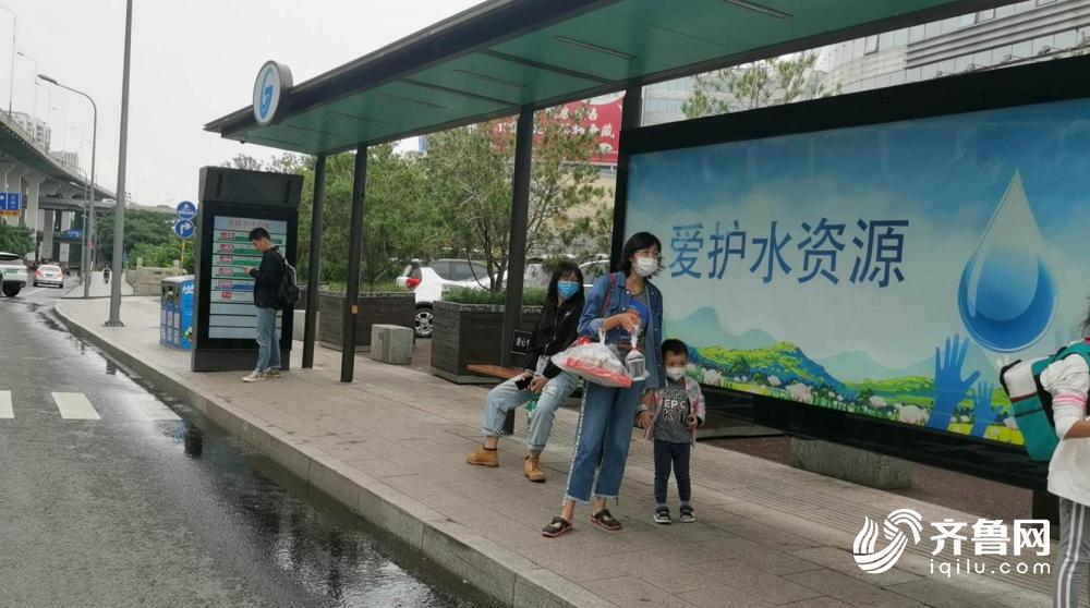 56秒丨济南一私家车停车时撞上公交站牌 等车乘客被顶到马路中央