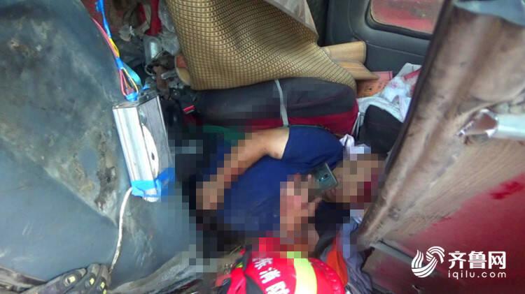 临沂:刹车失灵侧翻入沟 货车司机被卡第一时间给家人报平安