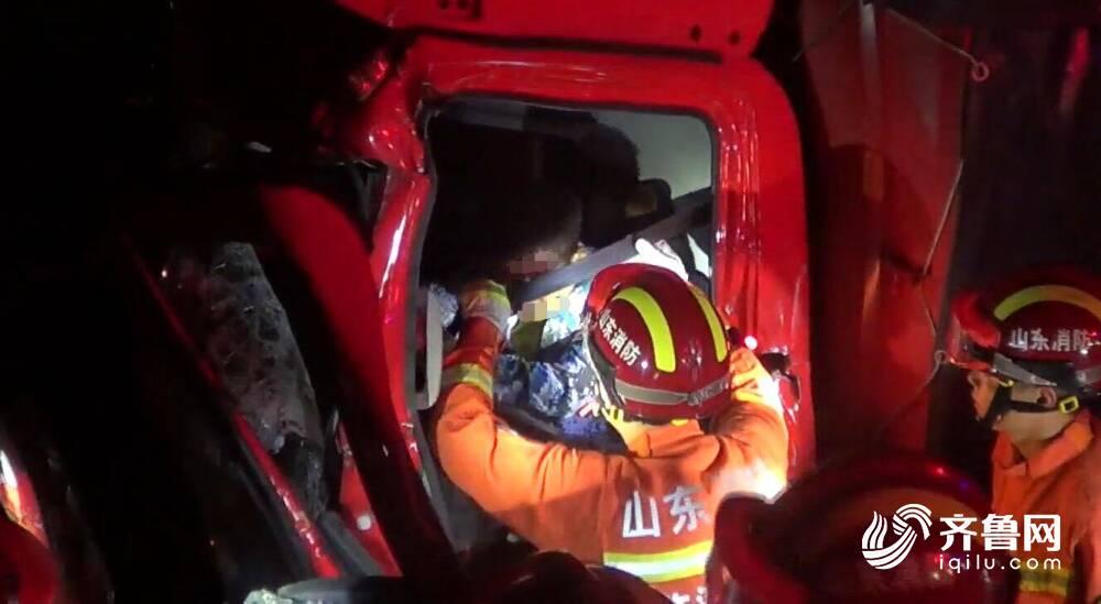 28秒 | 临沂:货车追尾 细心消防员帮司机解下安全带助其脱困