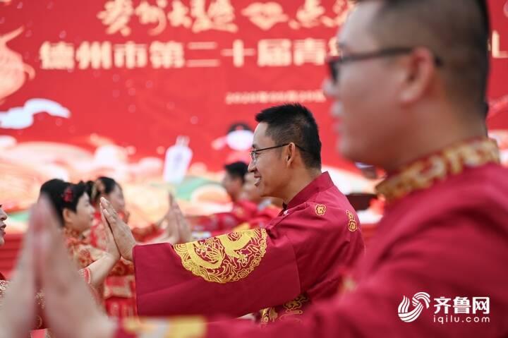 9月29日,德州市第二十届青年集体婚礼在长河公园举办,29对新人身着中式礼服参加。2