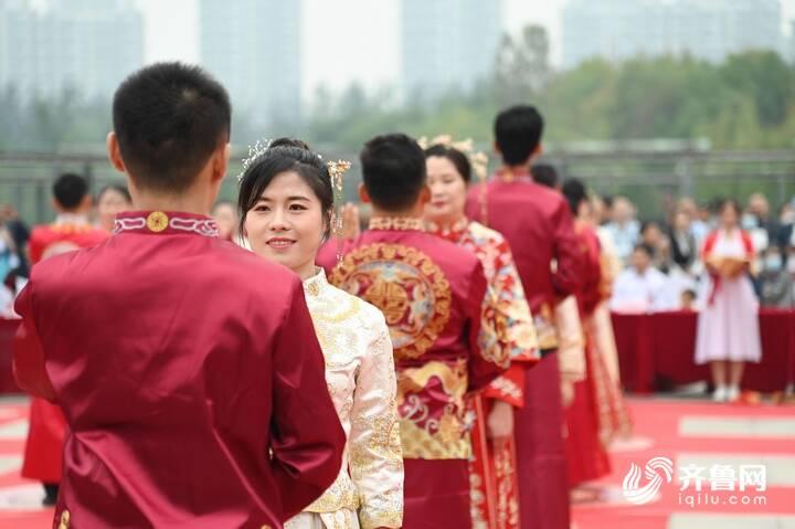 9月29日,德州市第二十届青年集体婚礼在长河公园举办,29对新人身着中式礼服参加。11