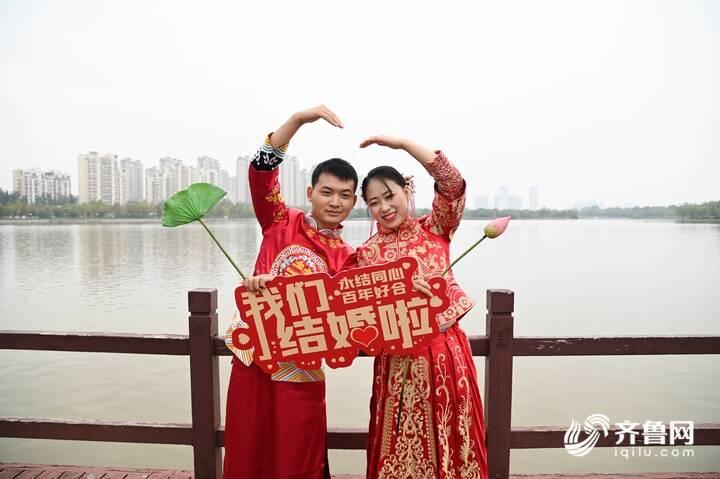 9月29日,德州市第二十届青年集体婚礼在长河公园举办,29对新人身着中式礼服参加。20