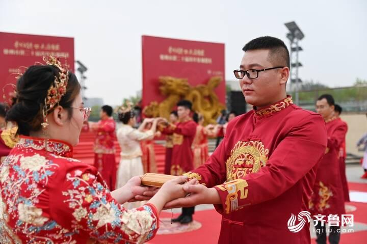 9月29日,德州市第二十届青年集体婚礼在长河公园举办,29对新人身着中式礼服参加。1