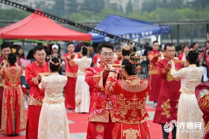 9月29日,德州市第二十届青年集体婚礼在长河公园举办,29对新人身着中式礼服参加。6