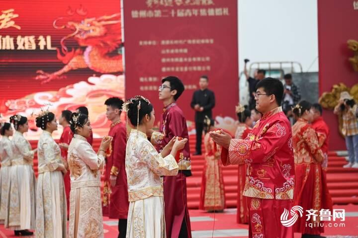 9月29日,德州市第二十届青年集体婚礼在长河公园举办,29对新人身着中式礼服参加。7