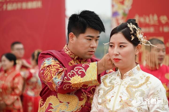 9月29日,德州市第二十届青年集体婚礼在长河公园举办,29对新人身着中式礼服参加。
