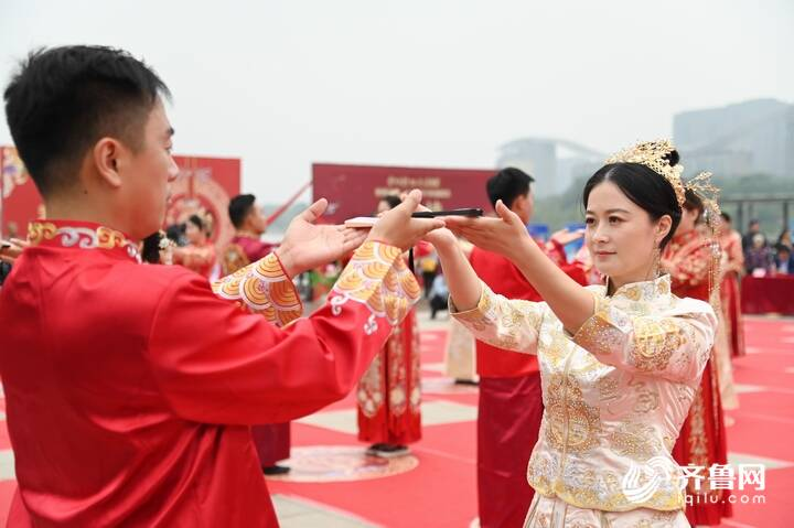 9月29日,德州市第二十届青年集体婚礼在长河公园举办,29对新人身着中式礼服参加。13