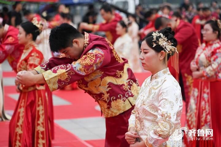 9月29日,德州市第二十届青年集体婚礼在长河公园举办,29对新人身着中式礼服参加。4