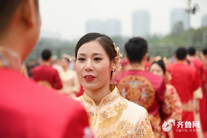9月29日,德州市第二十届青年集体婚礼在长河公园举办,29对新人身着中式礼服参加。12