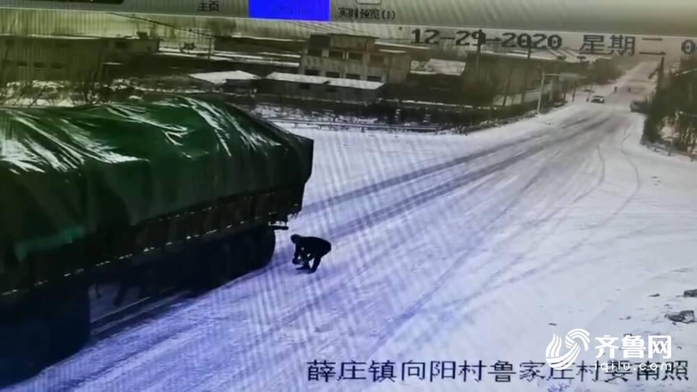 及时拦住雪天失控货车 司机妹妹跪谢三位好心人:山东人,你们太伟大了
