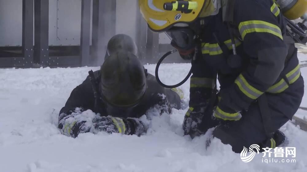 威海突发大火!消防员紧急赴现场 高温炙烤后用雪降温