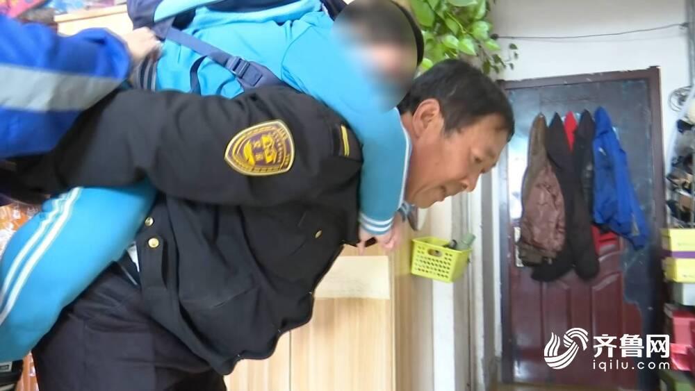 """107秒丨青岛56岁""""校车爸爸""""1000多次暖心接送""""渐冻""""男孩"""