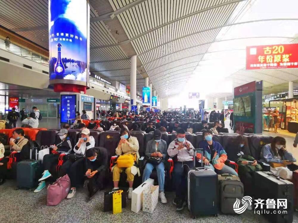 """济南西站迎来""""五一""""假期返程高峰 直通京、沪方向已无余票"""