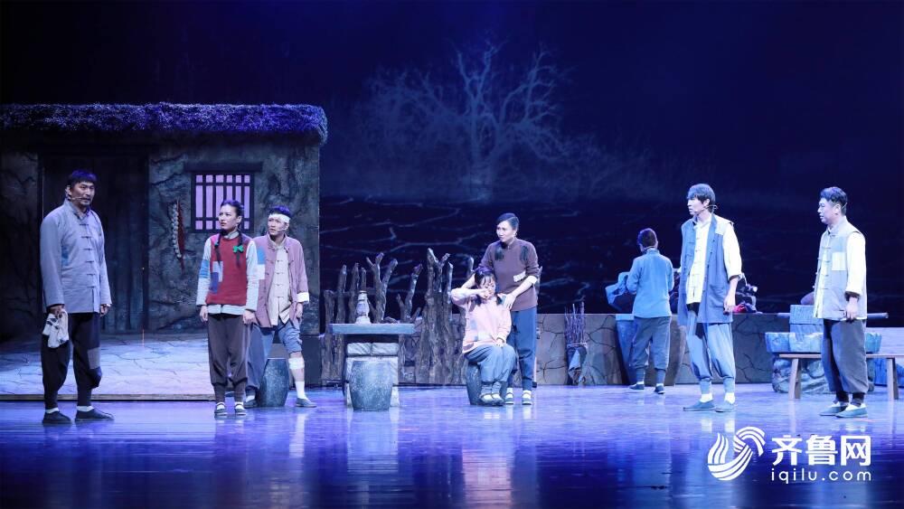 《【万和城娱乐主管】致敬信仰的力量! 舞台剧《星火》在山东青年政治学院首演》