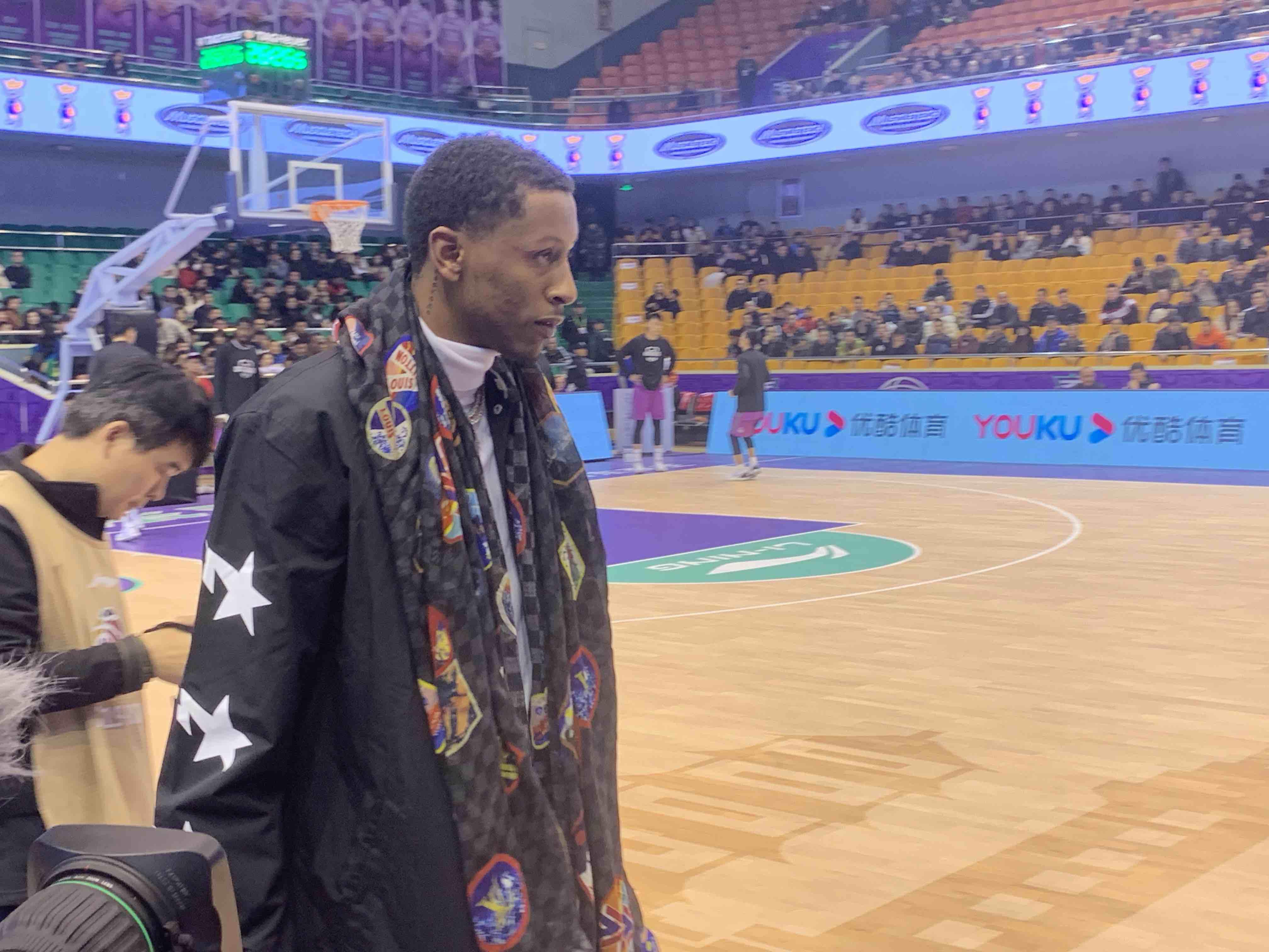 西王男篮主场对阵上海 新外援威廉姆斯现场观战